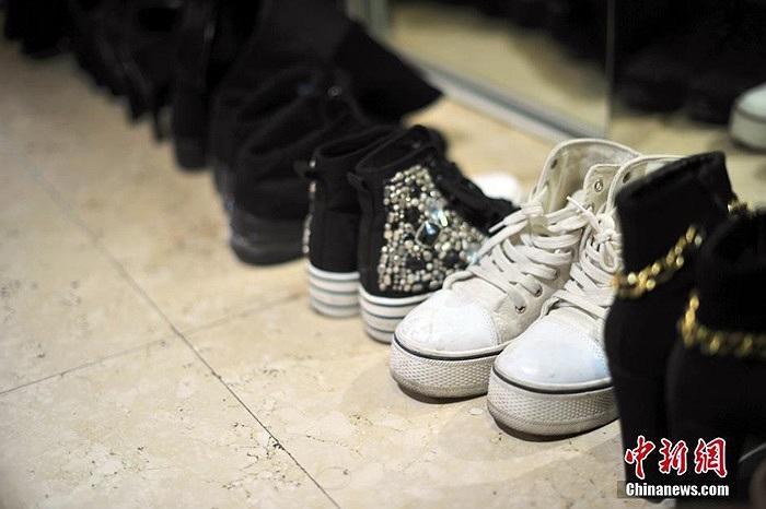 Ngoài những đôi giày cao gót, Trần Tử Gia cũng rất hay đi giày thể thao