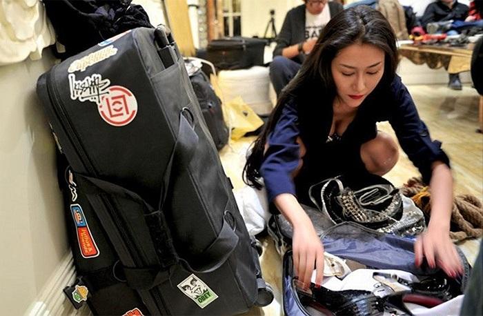Trần Tử Gia chuẩn bị hành lý cho chuyến chụp hình xa