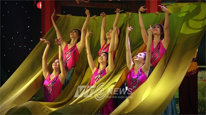 Tiết mục múa 'Làng lụa ven đô' mở đầu tối chung kết Trạng cờ Quý Tỵ'.