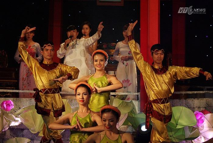 Trước giờ trao giải. Tiết mục 'Dời đô' do ca sĩ Ngọc Ký và nhóm múa phụ họa thể hiện.