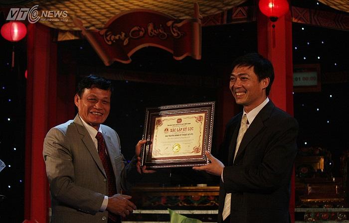 Đại diện BTC nhận chứng nhận Xác lập kỷ lục Bàn cờ và quân cờ tướng lớn nhất Việt Nam do Trung tâm Sách kỷ lục Việt Nam trao.