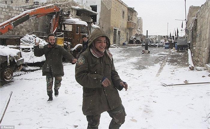 Các binh sĩ phiến quân Syria vo tuyết ném nhau trên đường phố Alepo