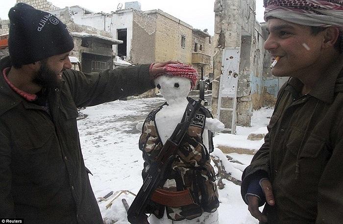 Để hưởng ứng không khí giáng sinh, các chiến binh này cũng đắp người tuyết trên đường phố