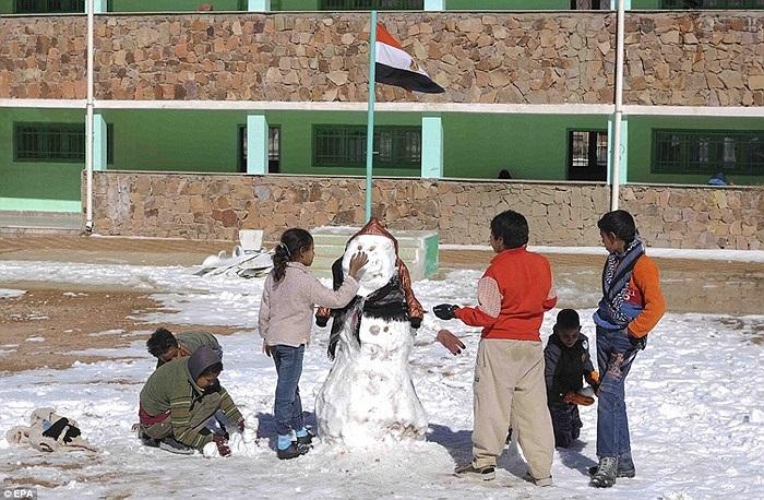 Những đứa trẻ đang đắp người tuyết ở Saint Catherine, Ai Cập