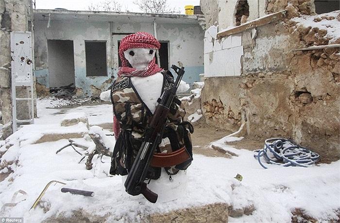 Tuy nhiên, người tuyết này có phần 'sát thủ' vì được trang bị súng AK chứ không phải tay không như chúng ta thường thấy