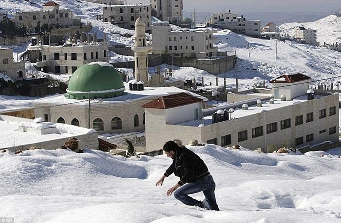 Người đàn ông chân lún sâu trong tuyết ở Nablus, Palestine