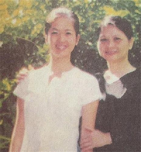 Hồng Nhung sinh ra trong gia đình trung lưu. Cha mẹ cô chia tay năm cô 2 tuổi.