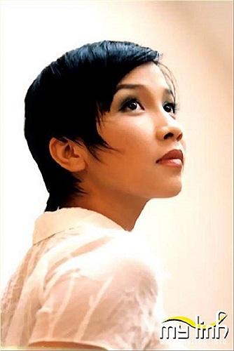 Năm 18 tuổi, Mỹ Linh cùng ban nhạc Hoa Sữa tham gia 'Liên hoan các ban nhạc nhẹ toàn quốc' và đoạt giải nhì cùng với giải 'Ca sỹ trẻ gây ấn tượng nhất liên hoan' với ca khúc 'Thì thầm mùa xuân'.