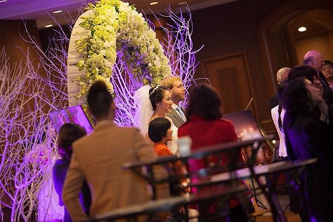 Xem những hình ảnh Ngô Phương Lan tràn ngập hạnh phúc bên ông xã trong hôn lễ diễn ra vào hôm qua (13/12).