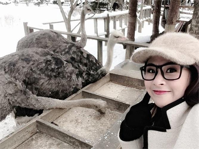 Cô cùng bố mẹ được học và tham gia bộ môn trượt tuyết và được thưởng thức những món ăn đặc sản tại địa phương như cá Hwang tea, bò Han-u, lườn gà cay trong hẻm.