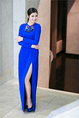 Ngọc Hân diện một chiếc váy màu xanh được xẻ cao thu hút mọi ánh nhìn.