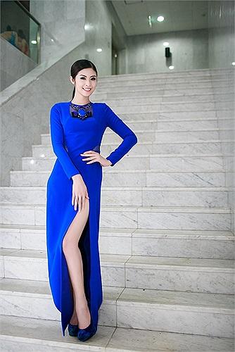Chiếc váy được thiết kế thanh lịch, tôn vóc dáng của người đẹp.