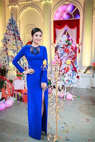 Ngắm Ngọc Hân quyến rũ trong thiết kế váy xẻ cao.
