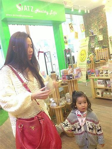 Hương Giang đưa con gái yêu đi chơi.