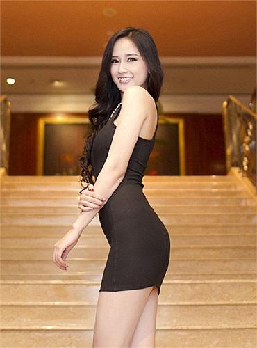 Trong bất kỳ sự kiện nào Hoa hậu Việt Nam 2006 cũng không thể bỏ qua cách tạo dáng khoe tối đa vòng ba.