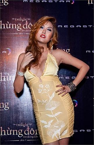 Đi đến sự kiện nào, Phi Thanh Vân cũng nổi bật vì cách tạo dáng khác biệt và những trang phục khoe vòng một phản cảm của mình.