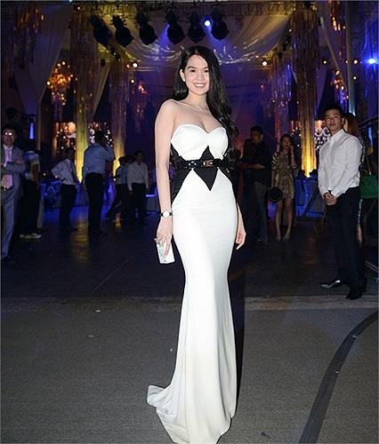 Có nhiều ý kiến cho rằng, khách mời đám cưới không nên diện váy trắng để tránh 'đụng hàng' với váy cưới của cô dâu.