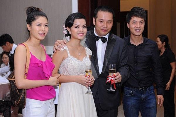 Tới mừng Phạm Quỳnh Anh lên xe hoa, hot girl Thủy Anh - vợ của ca sỹ Đăng Khôi ăn mặc khá xuề xòa chỉ với áo hai dây màu hồng và quần jeans trắng.