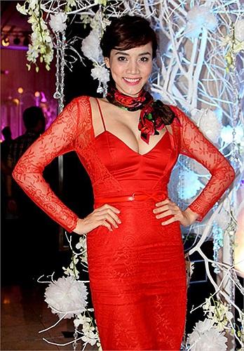 Trang Nhung khoe vòng 1 khủng trong bộ váy đỏ phối ren tại đám cưới ca sỹ Di Băng vào cuối năm 2012.