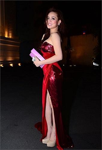 Cũng sexy quá đà đối với một đám cưới, Vy Oanh gây chú ý tại ngày vui của Jennifer Phạm không chỉ với siêu xe mà còn là bộ váy đỏ cúp ngực, xẻ đùi khá cao.