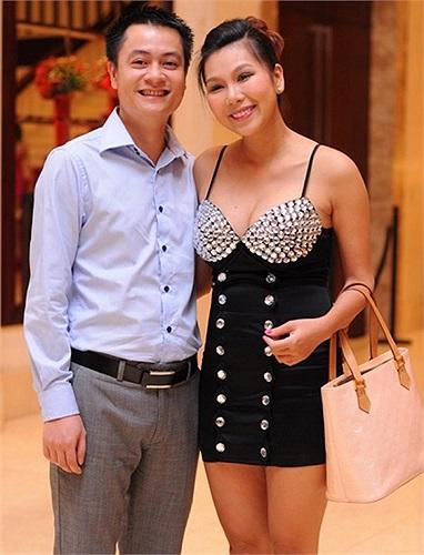 Dù chưa lấy lại được vóc dáng sau khi sinh con nhưng nữ ca sỹ Khánh Ngọc vẫn tự tin diện bộ váy ngắn sexy ôm sát cơ thể và không phù hợp khi tới dự đám cưới ca sỹ Phan Đinh Tùng.