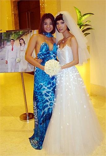 Bộ váy voan maxi với phần cúp ngực kiệm vải của người mẫu Vũ Thu Phương diện trong đám cưới đàn chị Xuân Lan phô diễn khá nhiều da thịt.