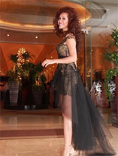 Trong đám cưới của Tăng Thanh Hà - Louis Nguyễn, Á hậu Hoàng My xuất hiện với bộ váy ngắn ren phối cầu kỳ với chân váy voan dáng mullet, vốn chỉ phù hợp trên sàn catwalk.