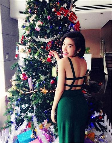 Bộ váy được cắt xẻ táo bạo, khoe trọn lưng trần của Elly Trần.