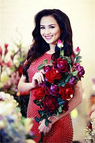 Hoa hậu Diễm Hương cũng tông màu đỏ rực.