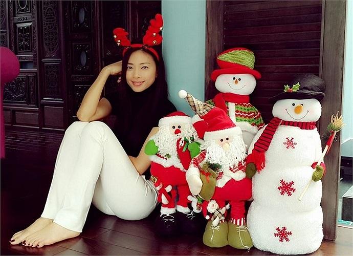 Ngô Thanh Vân cũng giản dị không kém bên những món đồ trang trí Noel. Ảnh: Tổng hợp.