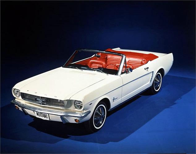 Thế hệ Ford Mustang đầu tiên xuất xưởng năm 1964 với thiết kế mui trần trẻ trung và động cơ 6 xy lanh, hộp số 3 cấp. Mẫu xe thể thao này được định giá từ 2.368 USD. Ngay từ năm đầu ra mắt, mẫu xe này đã bán được 417.000 chiếc.