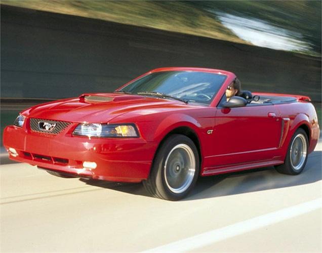 Khi ra mắt, Ford Mustang GT Convertible đời 2002 gần như một mình một chợ khi hai đối thủ trực tiếp là Chevrolet Camaro và Pontiac Firebird bị khai tử