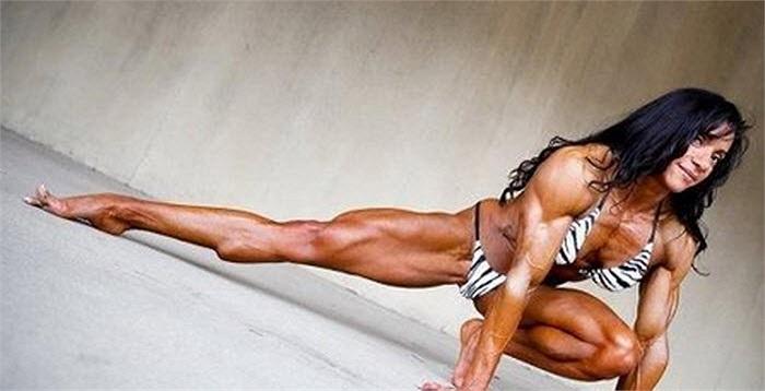 Tạo dáng khoe cơ bắp