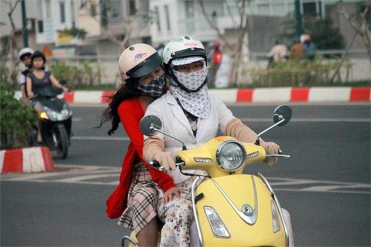 Hai cô gái trên đường Phạm Văn Đồng (Q.Bình Thạnh) chiều 29/12.