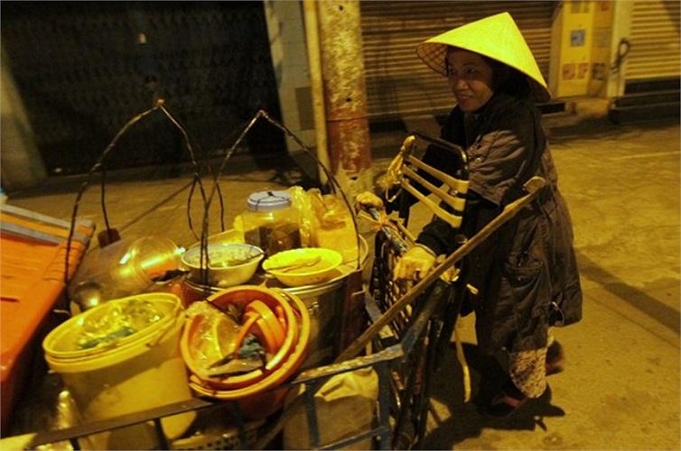 Một phụ nữ  đẩy xe bún lúc 3h sáng trên đường Bạch Đằng (Q.Bình Thạnh).