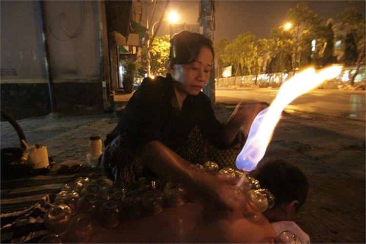 Trời lạnh, nhưng nhiều người vẫn không ngại cởi trần cho cô Nhung (50 tuổi) giác hơi.