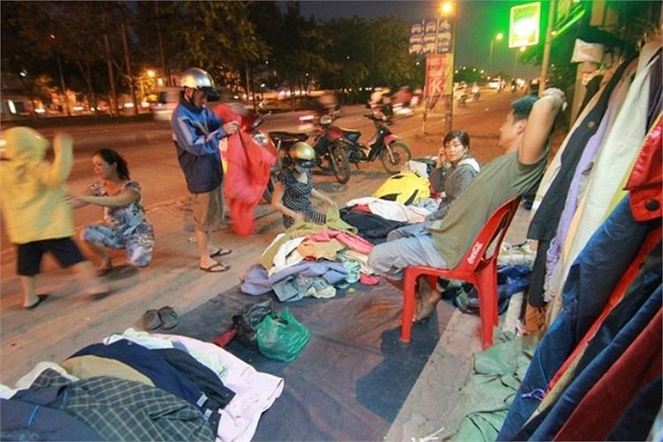 Sài Gòn lạnh nhất trong 10 năm là dịp thuận lợi với những người bán áo ấm. Dưới chân cầu Bình Triệu, gian hàng áo ấm với giá thấp nhất 10.000 đồng/cái khá thu hút người mua.