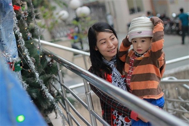 Chị Lương Thu Trang phải mặc cho con trai áo ấm, mũ, khăn khi cho con đi chơi.