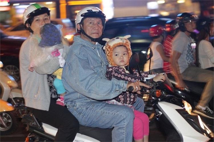 Buổi tối, trên đường Lê Lợi (Q.1), trẻ em cũng được đội mũ lông để tránh gió lạnh.
