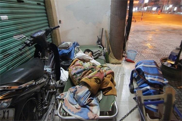 Giấc ngủ lề đường của người thợ sửa xe trên đường Đinh Tiên Hoàng (Q.Bình Thạnh).