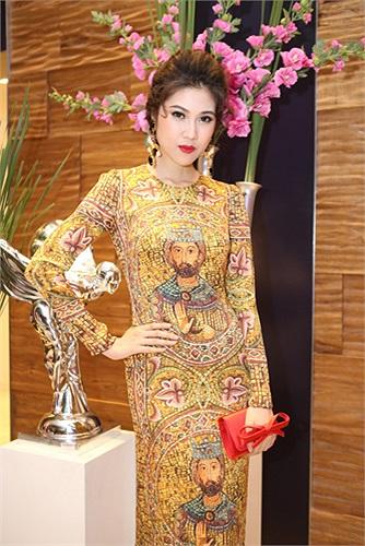 Ngoài tham gia showbiz, Thu Hằng còn là một doanh nhân trẻ, cô đang tiếp quản và điều khiển công việc kinh doanh của gia đình.