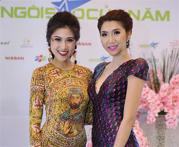Thu Hằng tạo dáng chụp ảnh với cô bạn đồng nghiệp Ngọc Quyên.