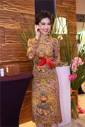 Thu Hằng đoạt danh hiệu giải vàng Siêu mẫu Việt Nam 2002.