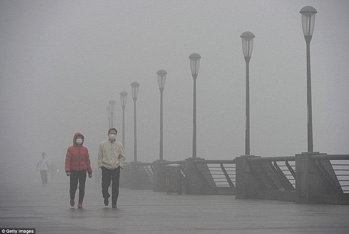 Một con đường chìm trong khói bụi ở Thượng Hải
