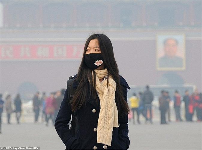 Thiếu nữ đeo khẩu trang đứng trước Thiên An Môn, Bắc Kinh