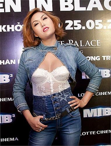 Dù tham dự sự kiện nào, Phi Thanh Vân cũng có style tạo dáng không giống ai.