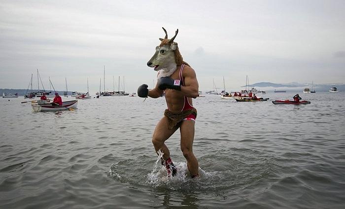 Người đàn ông mang mặt nạ dê trong lễ đón năm mới ở Vancouver, Canada