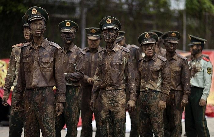 Cảnh sát bán quân sự đứng bảo vệ trong lễ hội ở Vân Nam, Trung Quốc