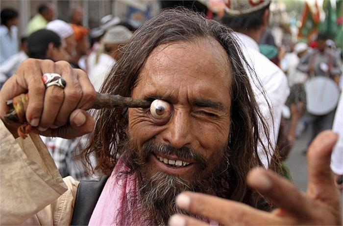 Người đàn ông dùng que chọc vào hốc mắt ở Ấn Độ