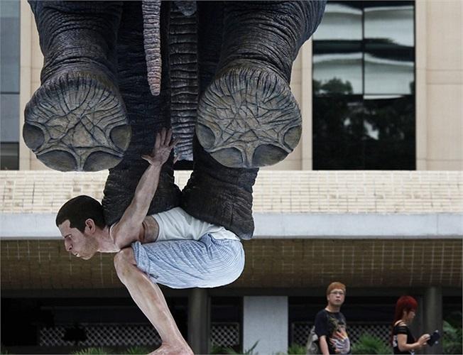 Bức tượng voi cưỡi người ở Hongkong